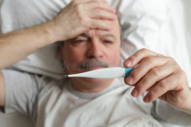 Hitze und Kopfschmerzen für Kälten oder Grippe stockfotos