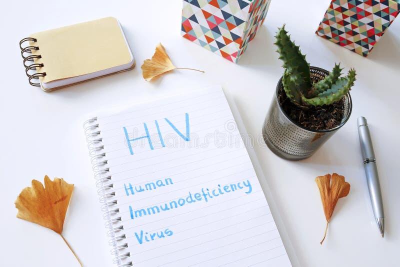 HIV Menselijk die Immunodeficiency Virus in notitieboekje wordt geschreven stock fotografie