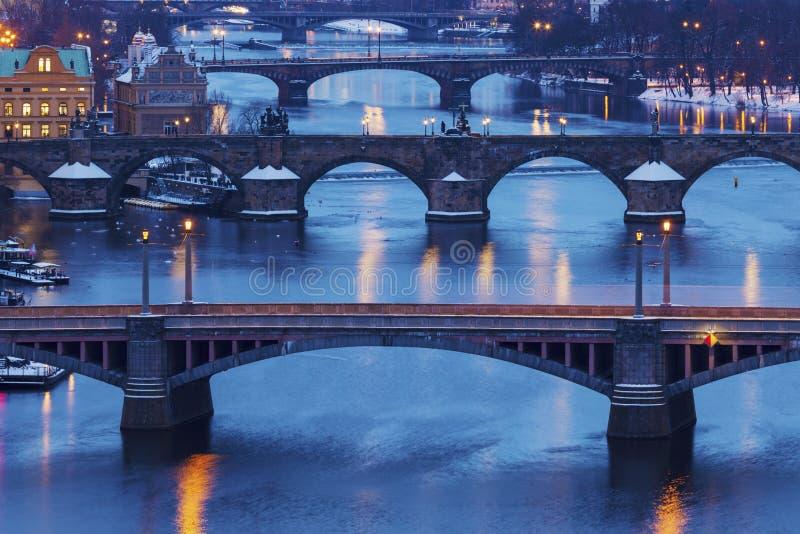 Hiver à Prague - ponts sur la rivière de Vltava images stock