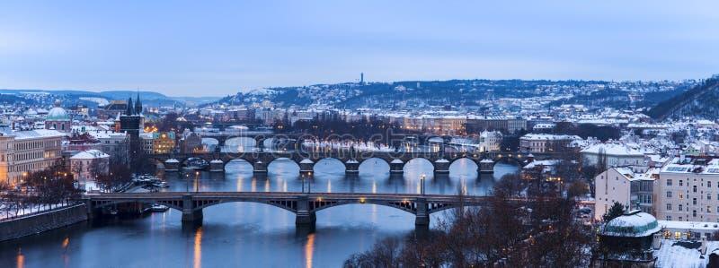Hiver à Prague - ponts sur la rivière de Vltava photos libres de droits