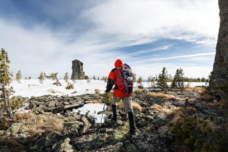 Hiver augmentant dans les montagnes avec un sac à dos et des raquettes images libres de droits