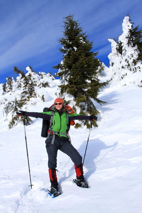 Hiver augmentant dans les montagnes avec un sac à dos et une tente images stock