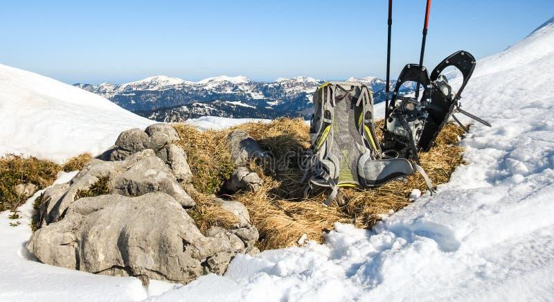 Hiver augmentant l'équipement Sac à dos et raquettes sur la montagne images stock