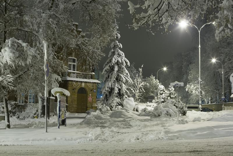 Hiver dans la ville, les arbres et les signes couverts de neige, les rues blanches et les trottoirs photo libre de droits