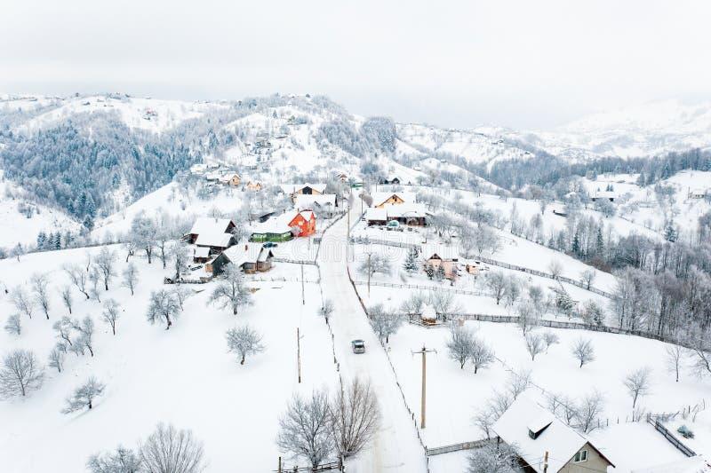 Hiver dans le village de Pestera dans le passage de son de Rucar, les Carpathiens, Roumanie photos stock