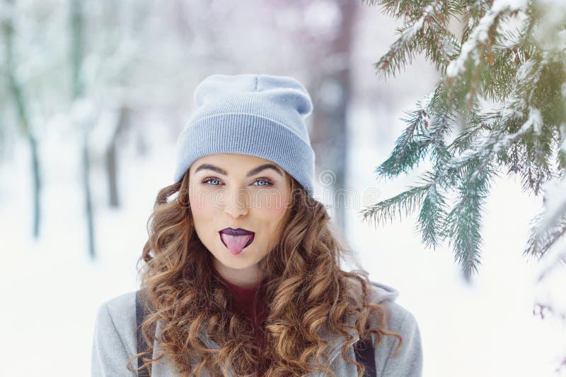 Hiver de fille de hippie affichez la langue photographie stock libre de droits