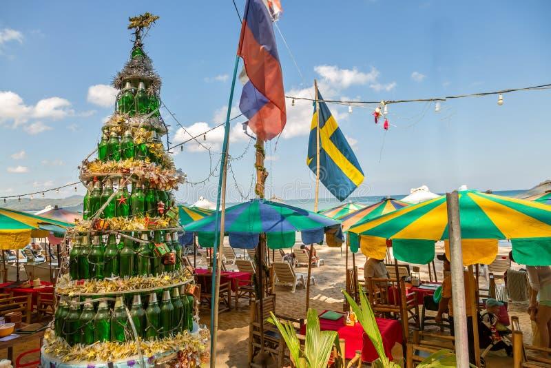 Hiver 2019 de la Thaïlande Phuket Arbre de Noël fait à partir des bouteilles dans une barre sur une plage sablonneuse image libre de droits