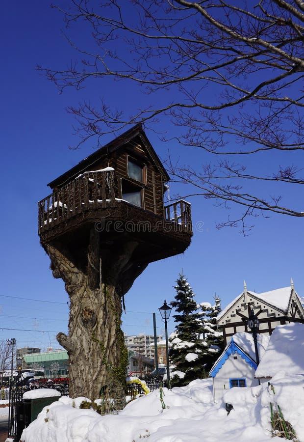 Hiver de neige d'architecture de cabane dans un arbre photos stock