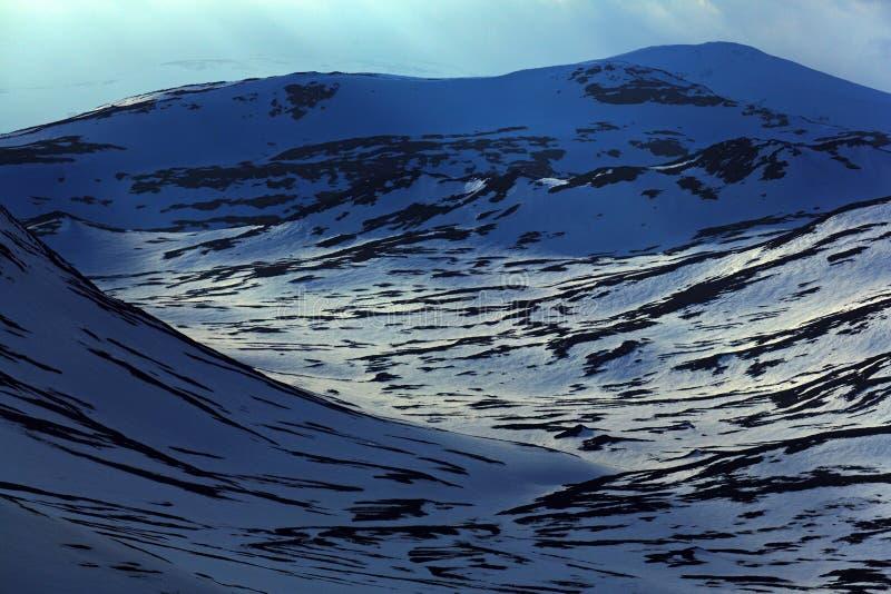 Hiver en Norvège, vue panoramique de paysage de montagne pendant le coucher du soleil, champ de neige blanc pur, ciel jaune, nuag photographie stock libre de droits