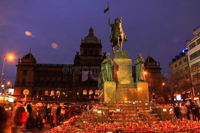 Hiver Prague, lumières de bougie pour le Président ex Vaclav Havel, République Tchèque photos stock