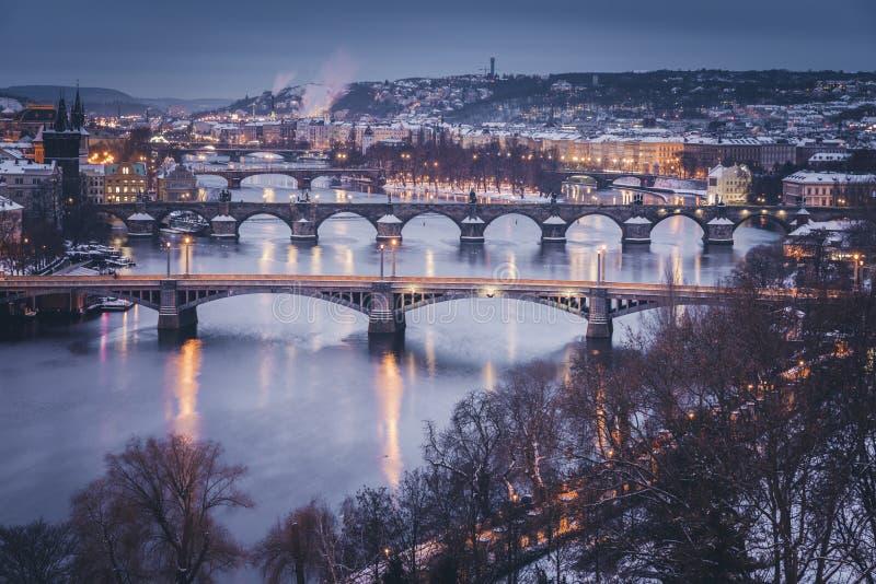 Hiver ? Prague - ponts sur la rivi?re de Vltava images libres de droits