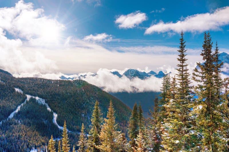 Hiver Sun au-dessus des montagnes de Milou dans le Canadien les Rocheuses photos libres de droits