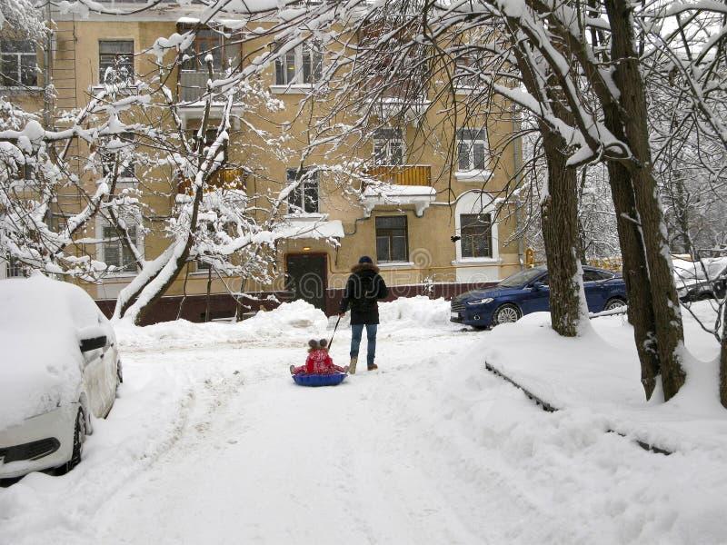 Hiver, ville, les gens, voitures sous la neige image stock