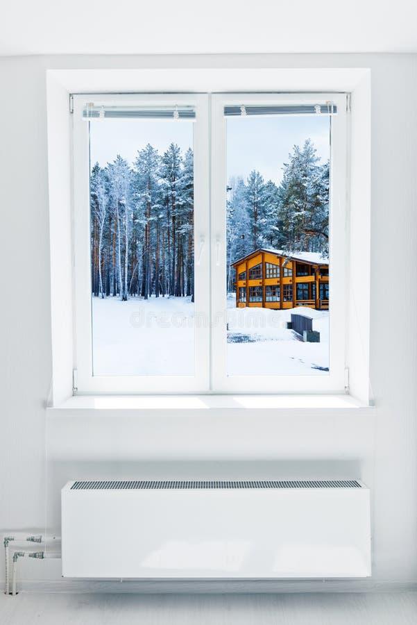 Hiver vu par la fenêtre photographie stock
