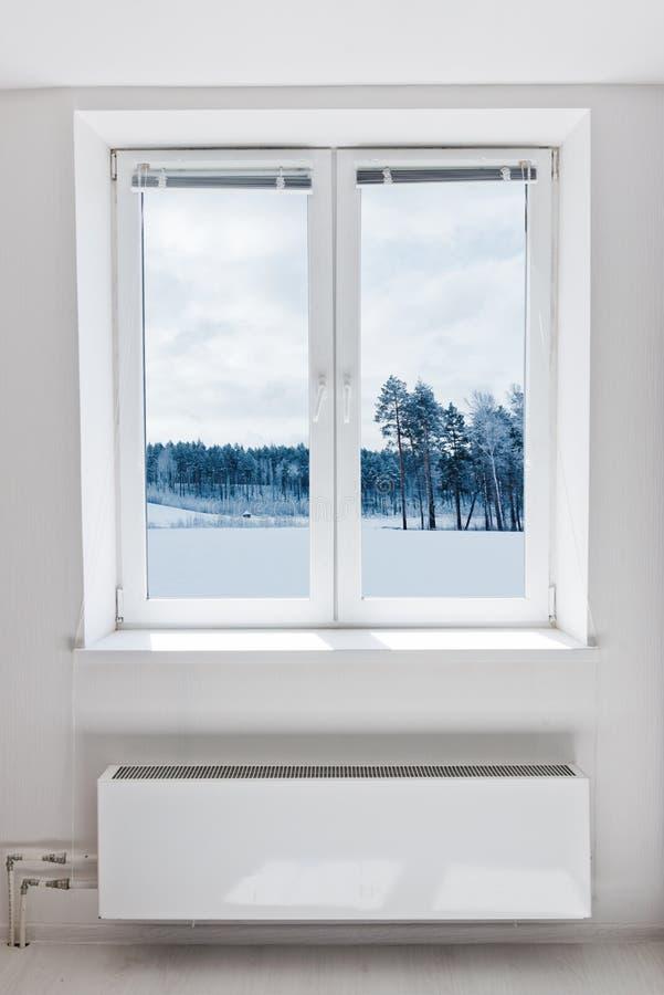 Hiver vu par la fenêtre images stock