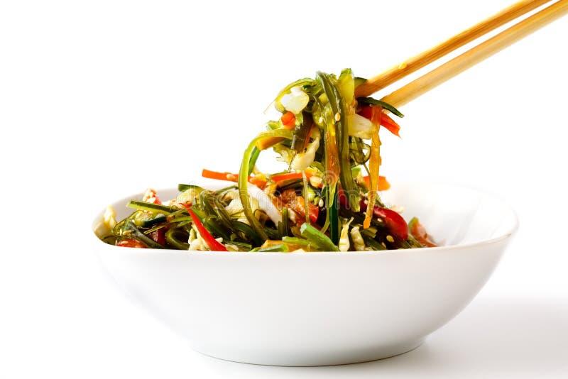 Hiyashi Wakame Chuka или салат морской водоросли на таблице, японской еде стоковое изображение