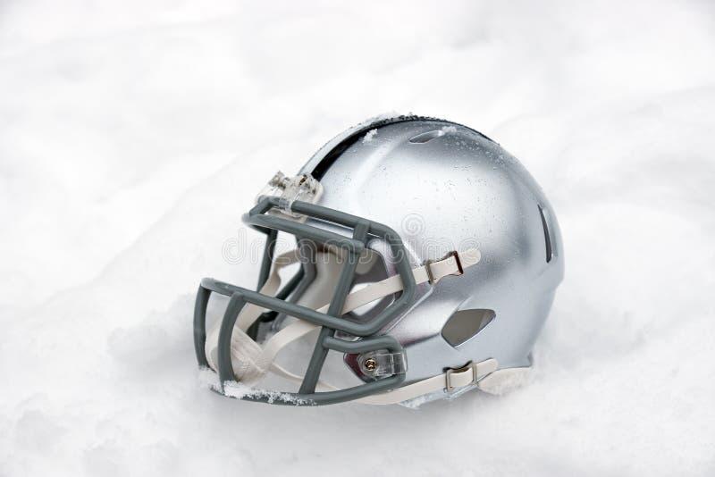 Hjälm för amerikansk fotboll i snö royaltyfri bild