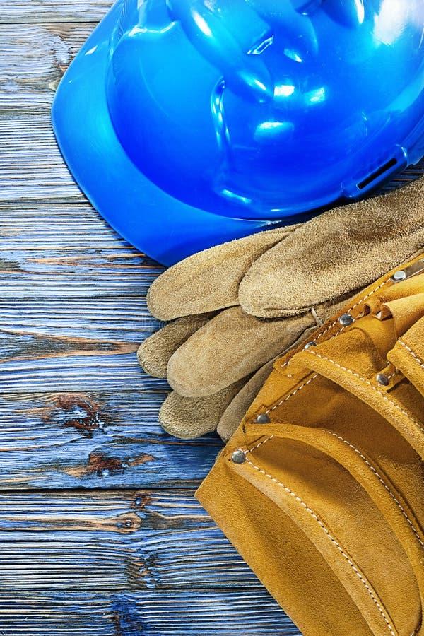 Hjälm för byggnad för bälte för hjälpmedel för skyddande handskar för läder på tappning w royaltyfria foton