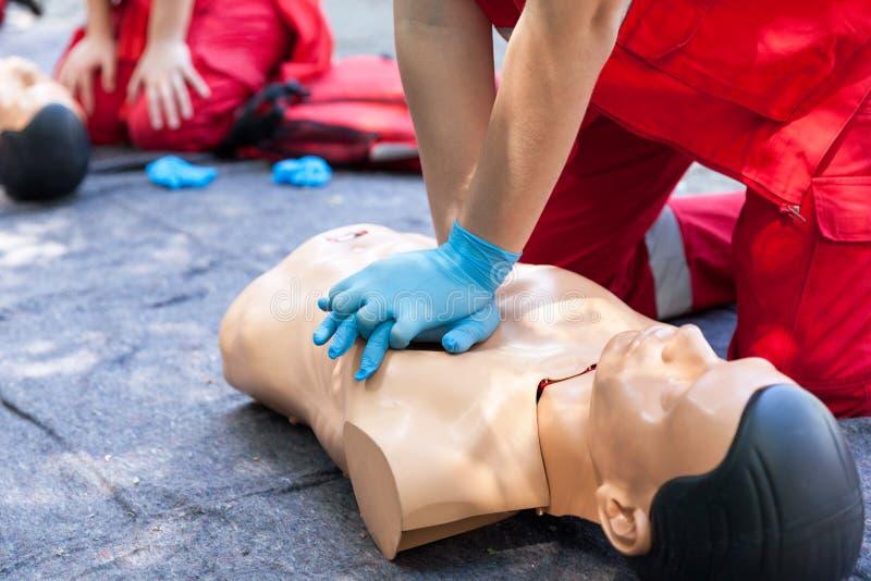 hjälp först CPR royaltyfria bilder