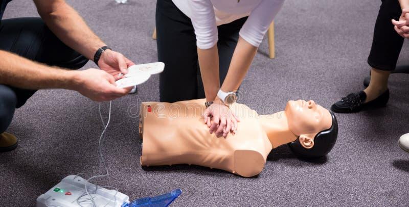 hjälp första utbildning DefibrillatorCPR-övning royaltyfri foto