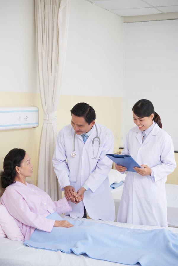 Hjälpa patienten royaltyfria foton