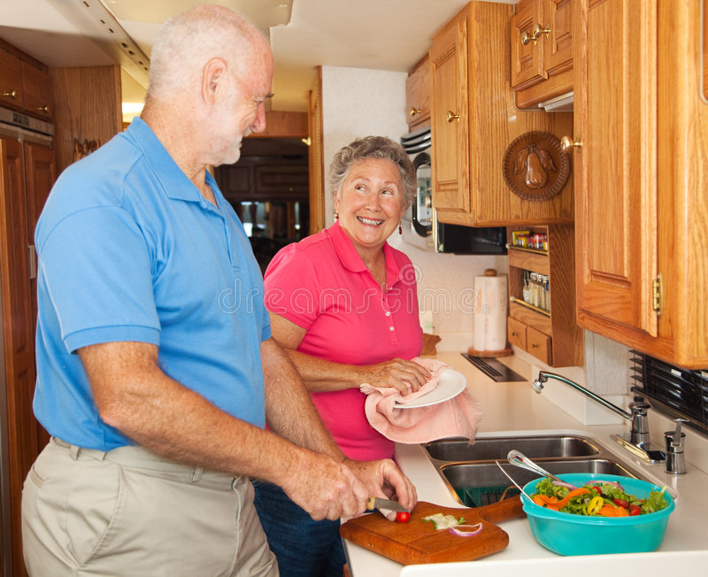 hjälpande kökrv-pensionär royaltyfria foton