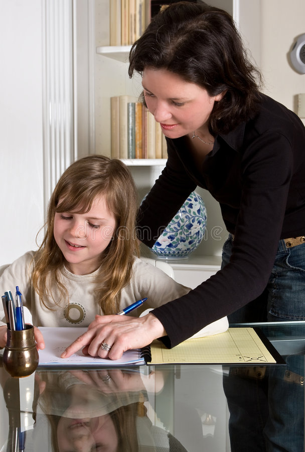 hjälpande mom royaltyfri fotografi