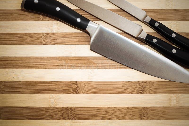 Hjälpmedel av en stor kock: uppsättning av tre knivar arkivfoton