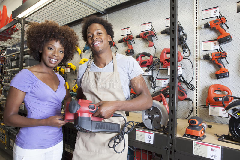 Hjälpmedel för afrikansk amerikankvinnaköpande på maskinvarulagret arkivfoton