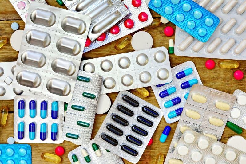 hjälpmedel för apotek för bakgrundsläkarbehandlingmedicin set Preventivpillerar på en trätabell Medicin royaltyfria foton