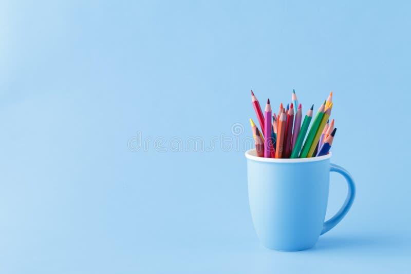 Hjälpmedel för att dra, hög av färg ritar på blått arkivfoton