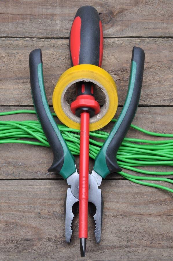 Hjälpmedel för elektriker för elektrisk installationer, plattång, band och skruvmejsel royaltyfria bilder