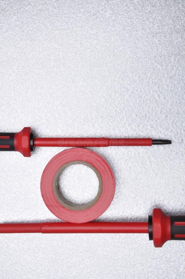 Hjälpmedel för elektriker för elektriska installationer, band och skruvmejslar arkivbild