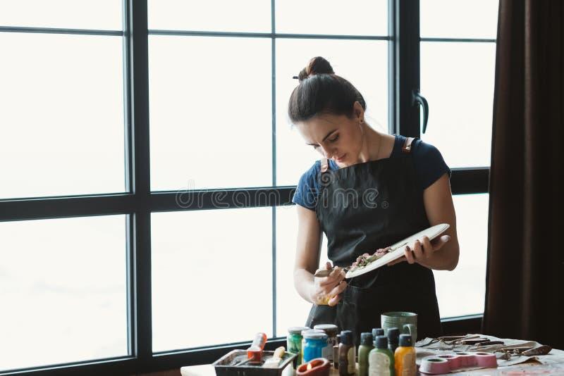 Hjälpmedel för kvinna för hemslöjd för konstnärstudiolera keramiskt arkivfoto