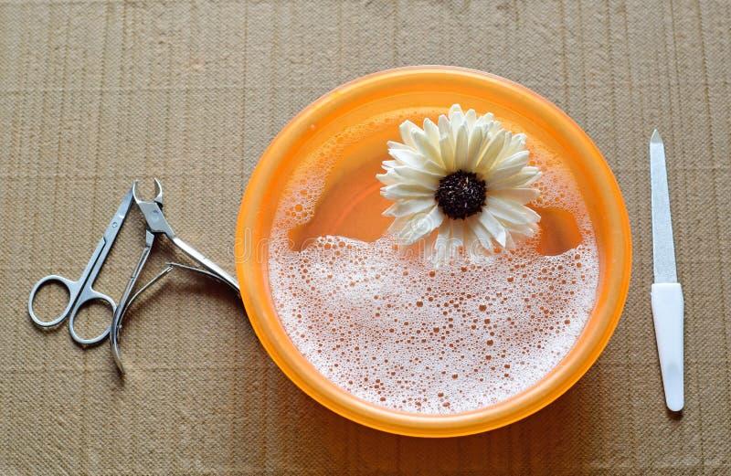 Hjälpmedel för manikyr och ett bad på tabellen Förberedelse för tillvägagångssättet av manikyr Hygieniskt tillvägagångssätt i skö royaltyfri foto