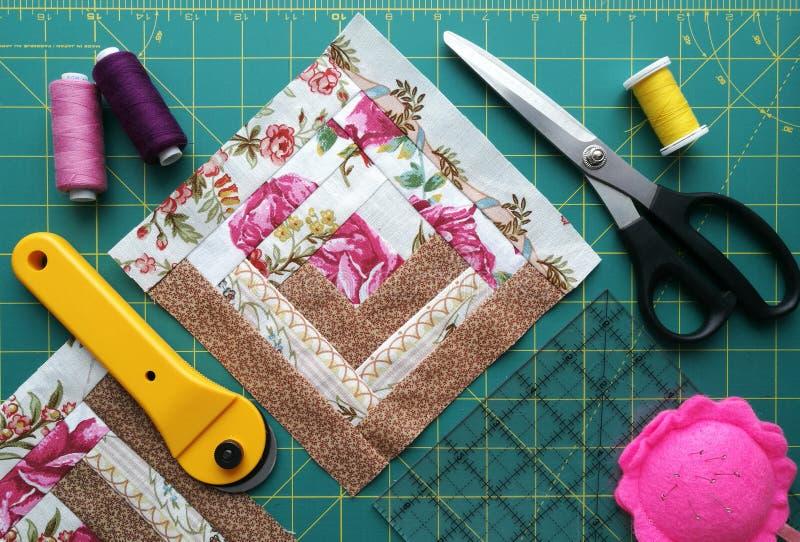 Hjälpmedel för patchwork på det mattt för patchwork royaltyfri foto