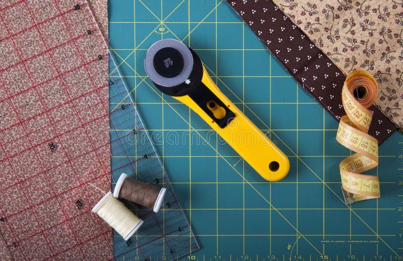 Hjälpmedel för patchworken på det mattt för patchwork arkivfoto