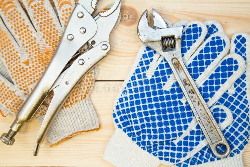 Hjälpmedel för reparation på ljus träbakgrund arkivfoto