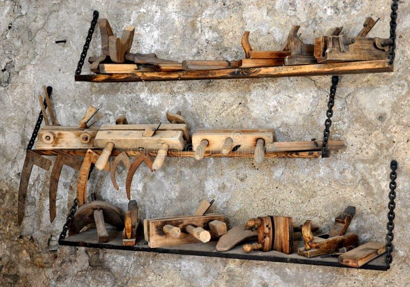 Hjälpmedel - gamla snickerinivåer arkivfoto