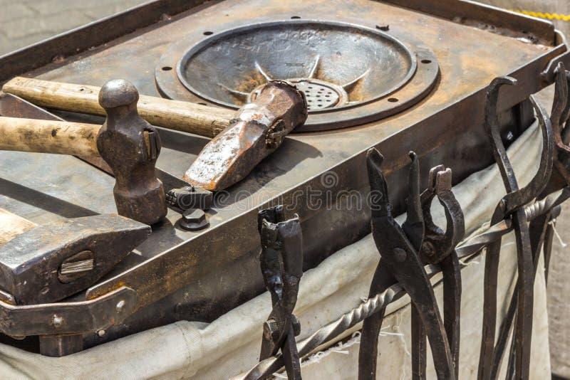 Hjälpmedel: hammare tång Utrustning för coinage arkivbilder