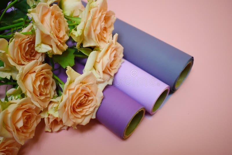 Hjälpmedel och material av blomsterhandlareBeautiful det angenäma arbetet royaltyfria foton