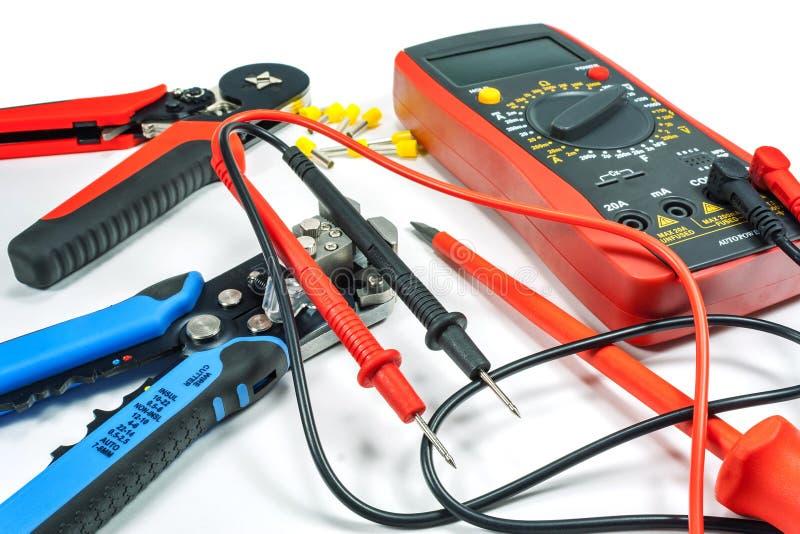 Hjälpmedel och utrustning för elektriskt arbete på en vit bakgrund arkivbilder