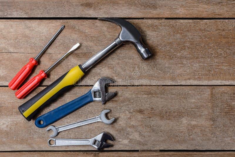 Hjälpmedelsats, hammare för mekanikerhjälpmedeluppsättning, skiftnyckel, skruvmejsel arkivbild