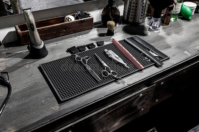 Hjälpmedlen av barberarelögnen på ett svart mattt på skrivbordet royaltyfri bild