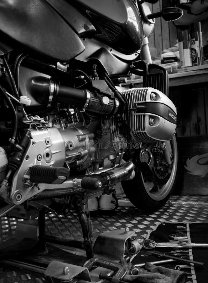 Hjälpmedlet på plattform- och singeltopplockräkningen i motorcykel shoppar, den svartvita platsen, svartvit bild arkivbild
