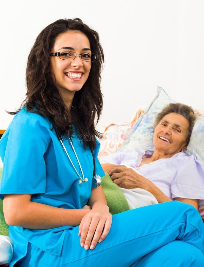 Hjälpsamma sjuksköterskor med patienter royaltyfri bild