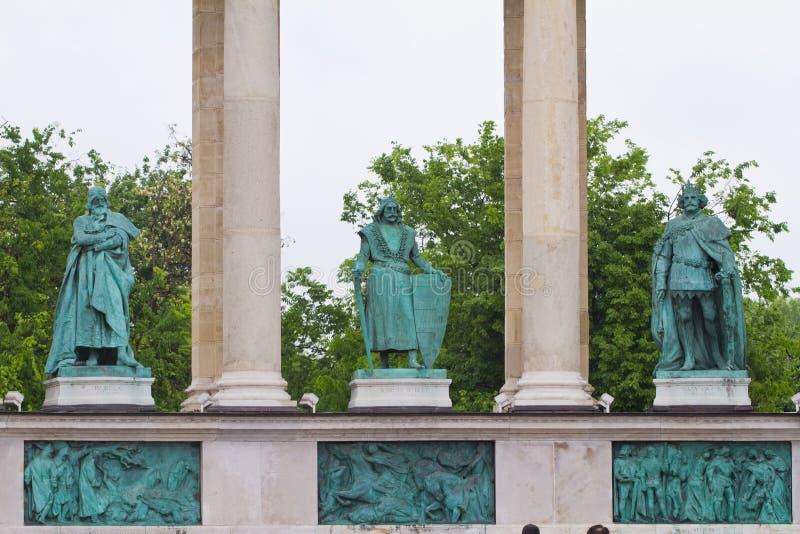 Hjältar kvadrerar, Hosok tere, statyer av den Béla droppen, Charles I och Louis I av Ungern, detalj av den vänstra kolonnaden, Bu royaltyfria bilder