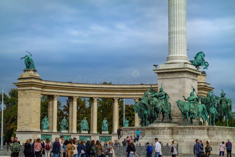 Hjältar kvadrerar i mitten av Budapest Ungernmonument av arkitektur royaltyfri foto