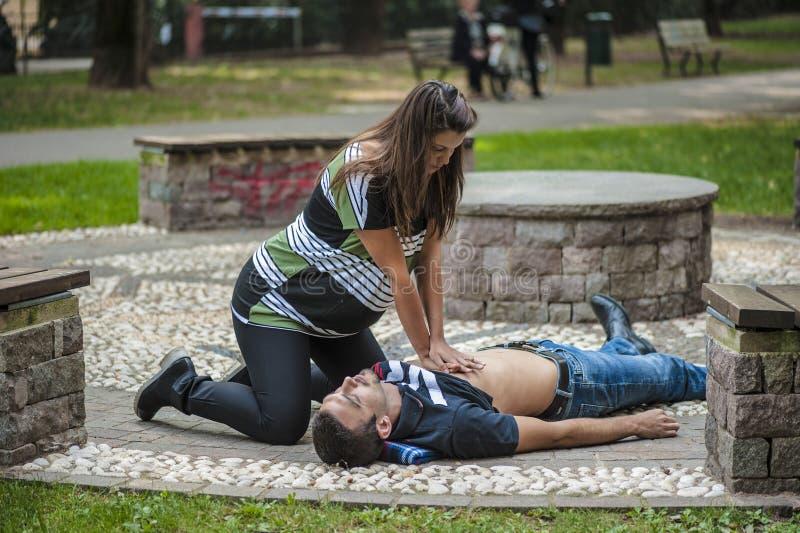 Hjärt- massage fotografering för bildbyråer