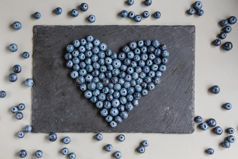 Hjärta av blåbär kritiserar på plattan arkivfoto